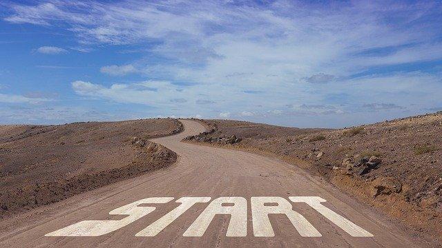 地面にSTARTと書かれた道路