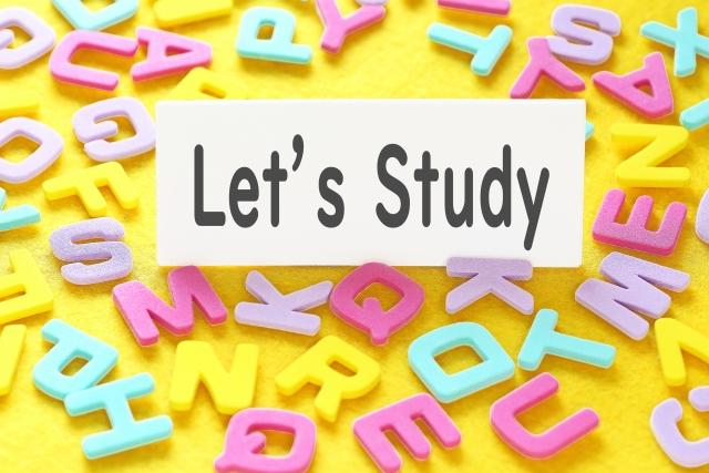 アルファベットの上にLet's Studyと書かれたカードが載っている写真