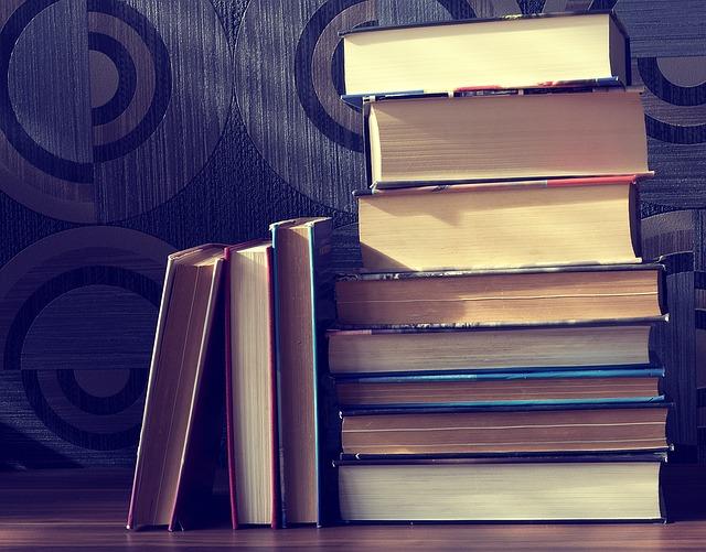 積まれた何冊もの本