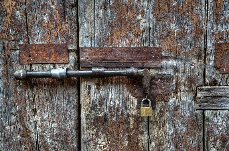 ドアに掛けられた鍵の画像