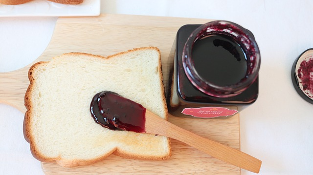 食パンとそれに付けるジャム