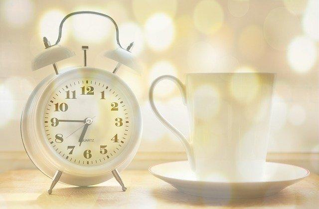 早朝、目覚まし時計とコーヒー