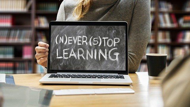 英語で書かれた「学ぶことをやめるな」の文字