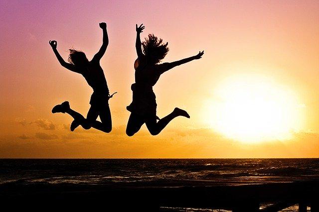 解放されたように高くジャンプしている2人