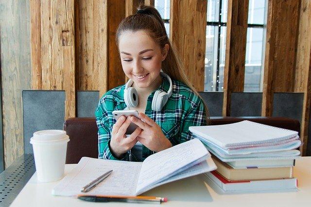 スマホで勉強中の女性