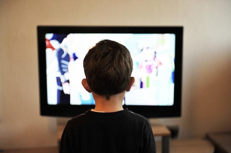 子供がテレビを見ている画像
