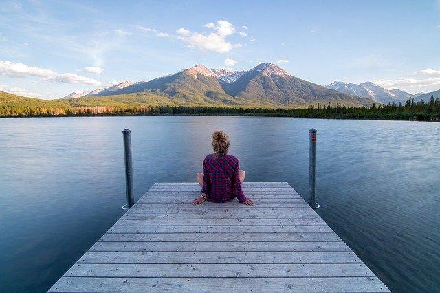 湖を見ながらボーッとしている女性