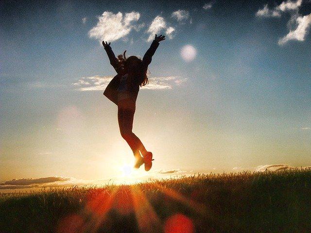 人が跳び上がっている写真