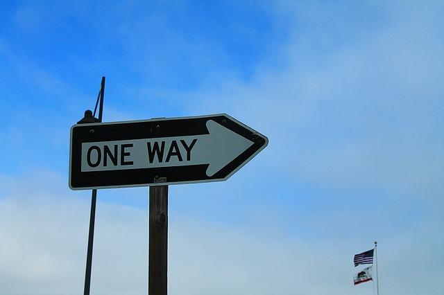ONE WAYと書かれた標識