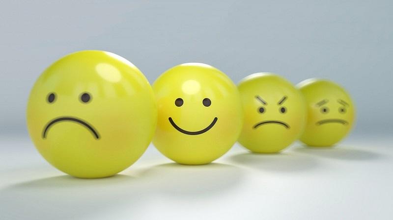 いろんな表情の4つのスマイリー