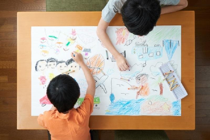 2人の子供が絵を描いている