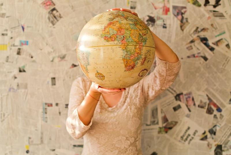 地球儀を持っている人
