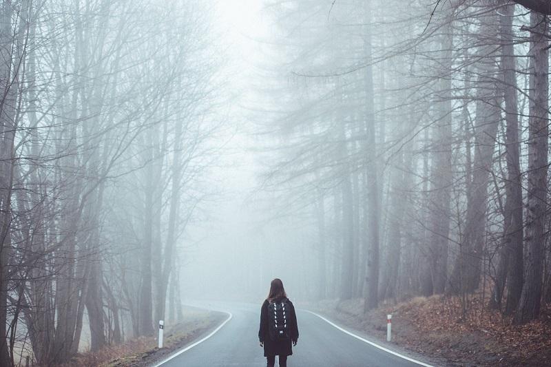 1人で道を歩いている人