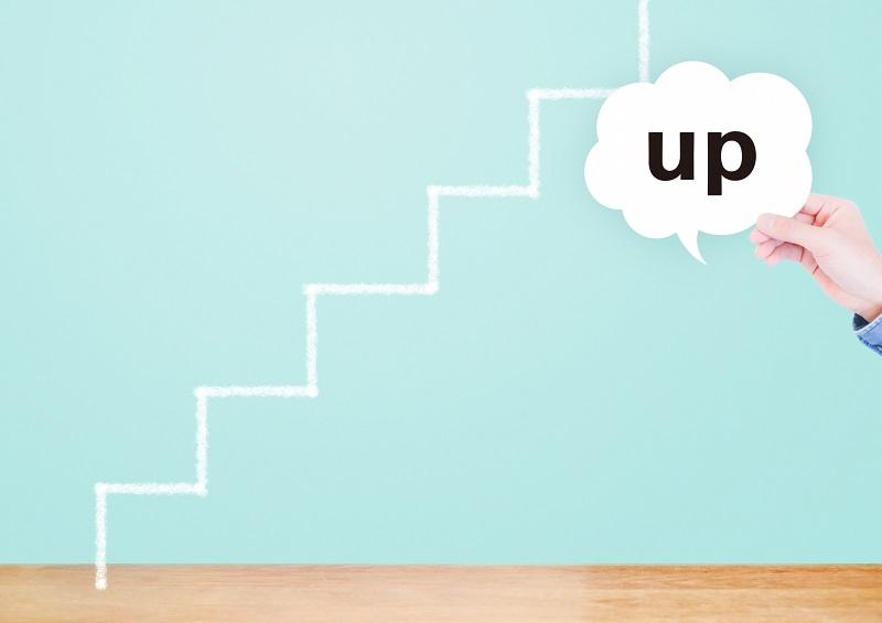 階段と「UP」の文字