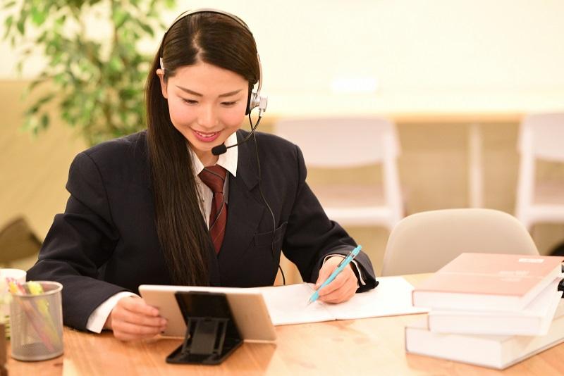 タブレットで勉強している女の子
