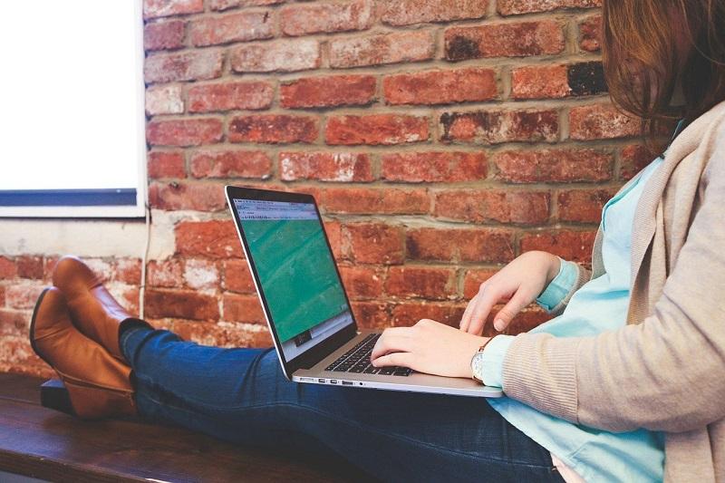 リラックスしてパソコンを見ている女性