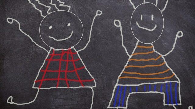 黒板に書かれた子供の絵