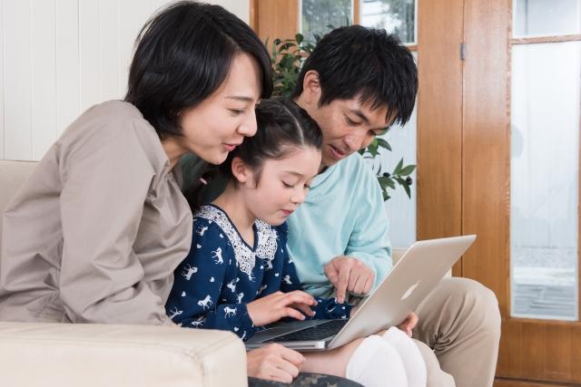 家族でパソコンを見ているところ