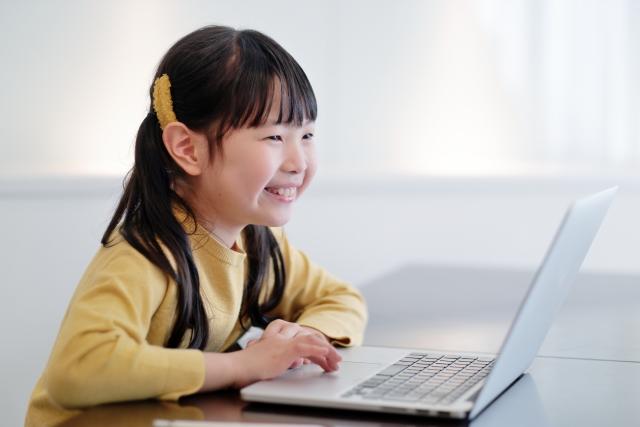 1人でパソコンをしている女の子